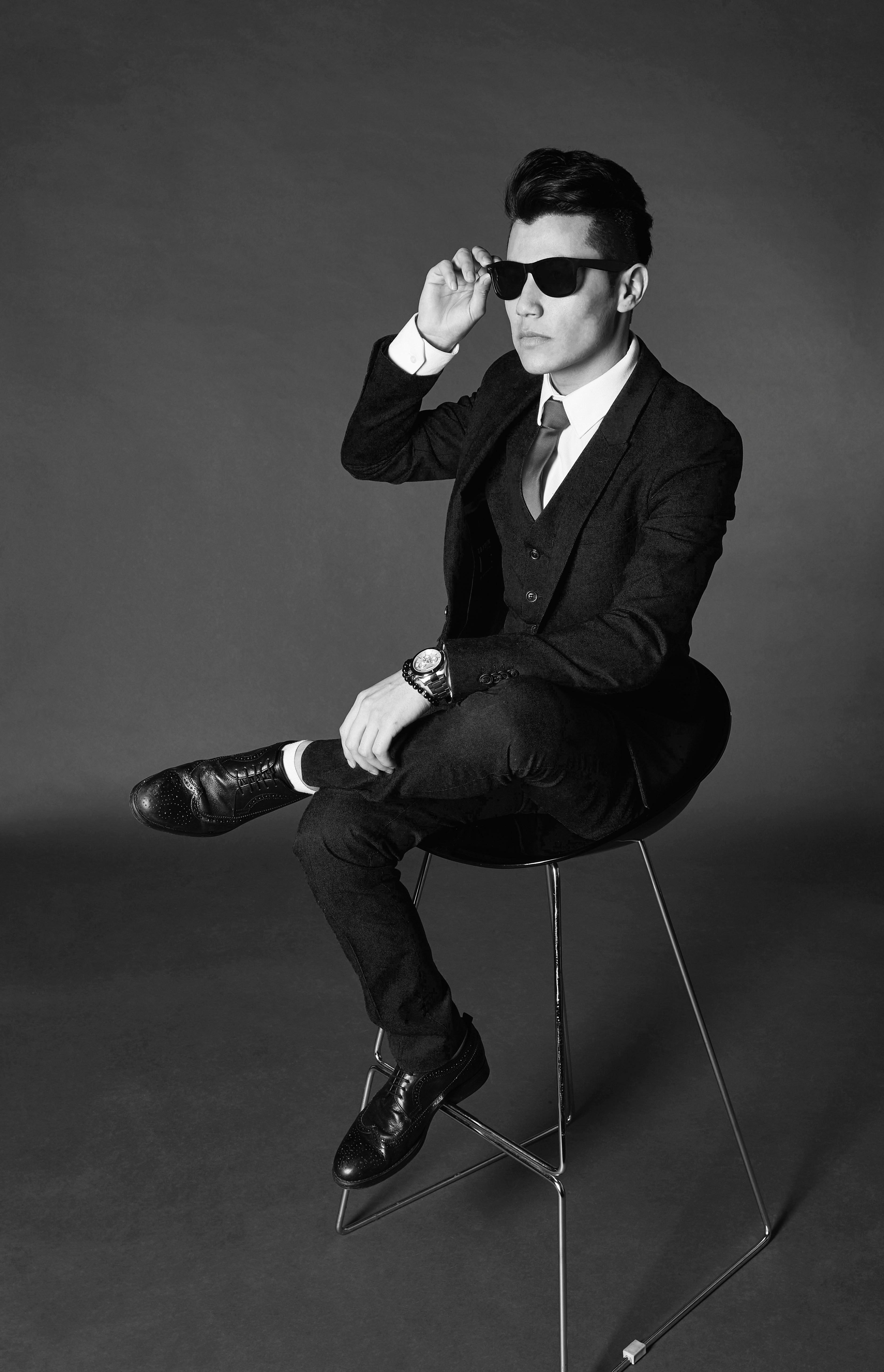 Mann in schwarzweiß auf stuhl